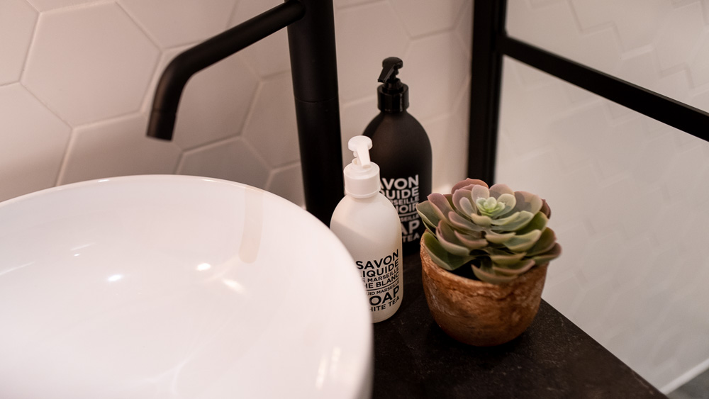 Okragla umywalka w lazience