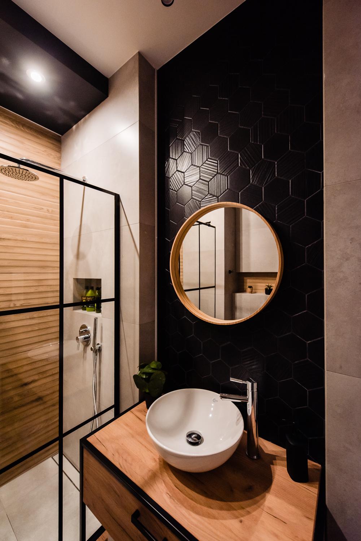 Mała łazienka-czarna-szara-drewniane-plytki-1