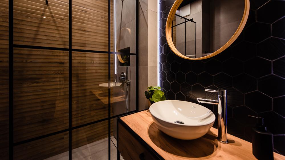 Mała łazienka-czarna-szara-drewniane-plytki-10