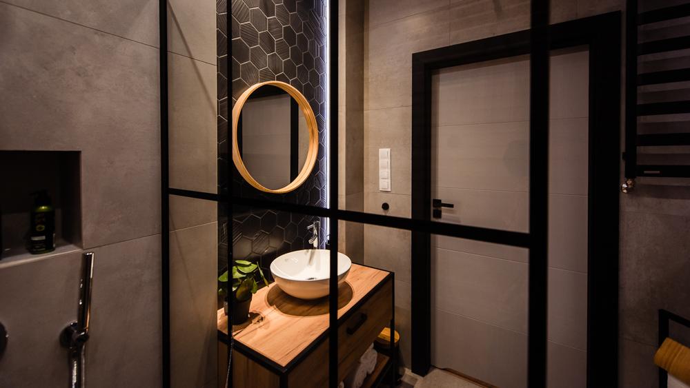Mała łazienka-czarna-szara-drewniane-plytki-11