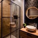 Mała łazienka-czarna-szara-drewniane-plytki-12