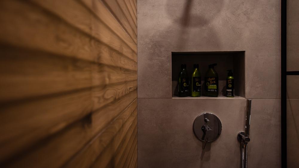 Mała łazienka-czarna-szara-drewniane-plytki-14
