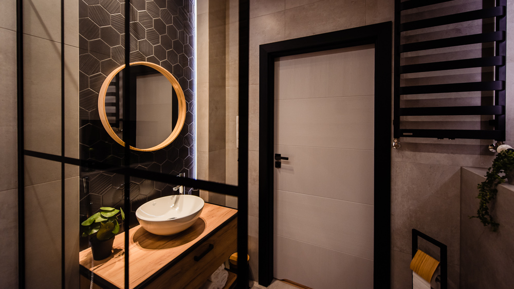 Mała łazienka-czarna-szara-drewniane-plytki-16