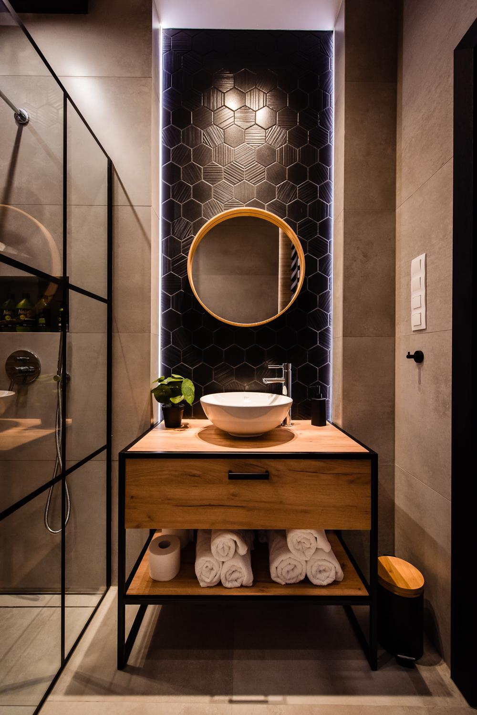 Mała łazienka-czarna-szara-drewniane-plytki-6