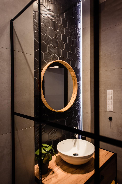 Mała łazienka-czarna-szara-drewniane-plytki-7