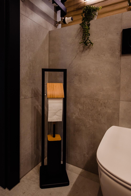 Mała łazienka-czarna-szara-drewniane-plytki-8