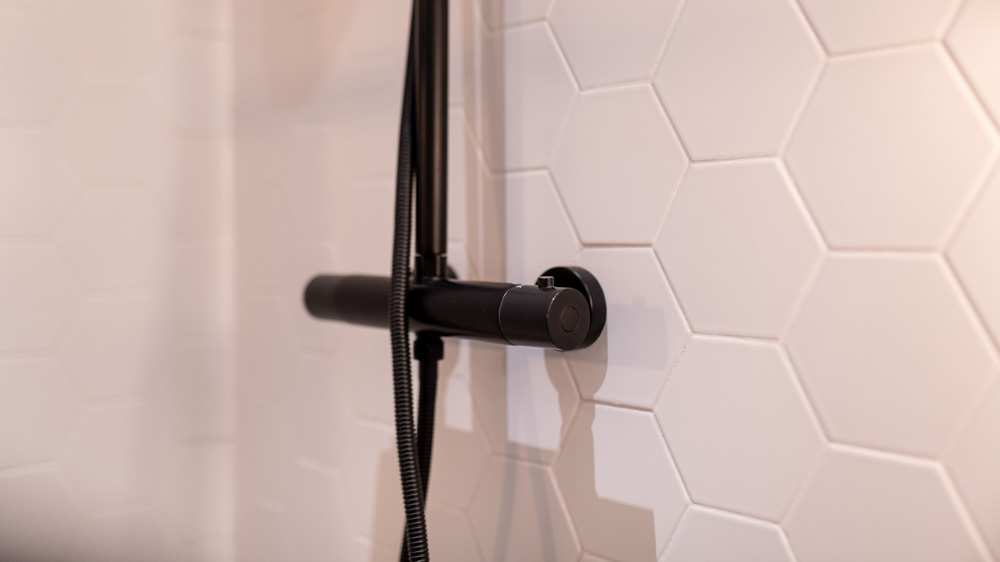 Czarny prysznic w lazience