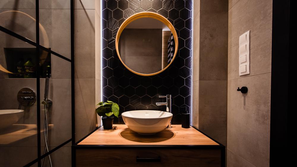 Mała łazienka-czarna-szara-drewniane-plytki-13