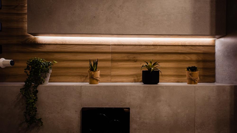 Mała łazienka-czarna-szara-drewniane-plytki-15