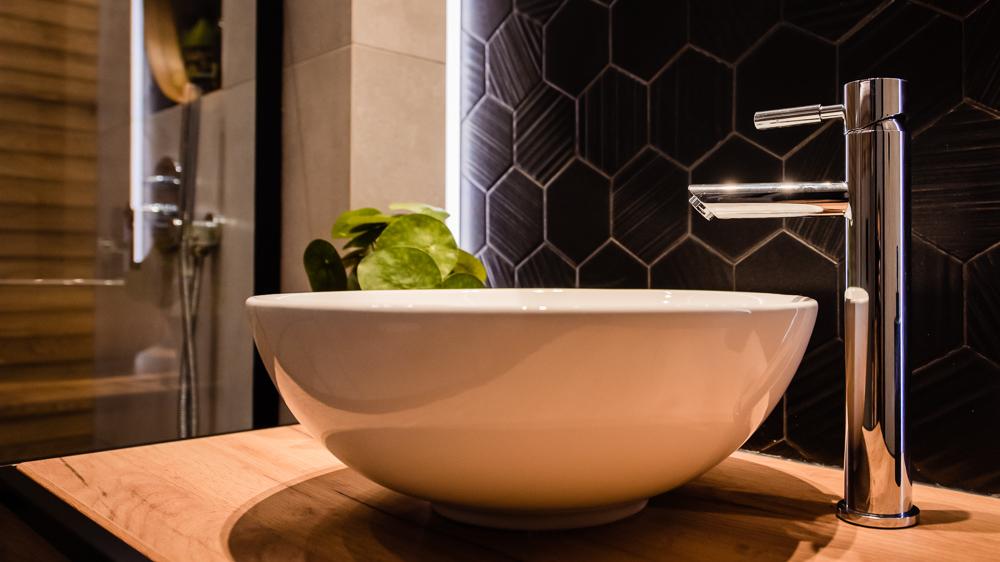 Mała łazienka-czarna-szara-drewniane-plytki-17