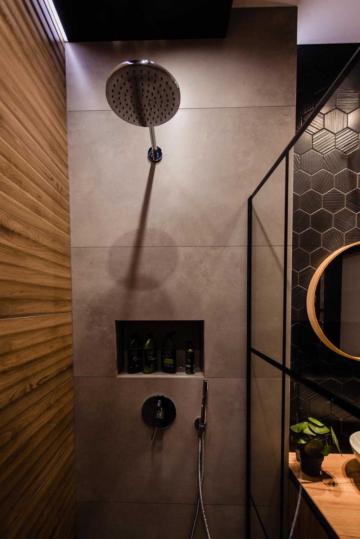 Mała łazienka-czarna-szara-drewniane-plytki-2