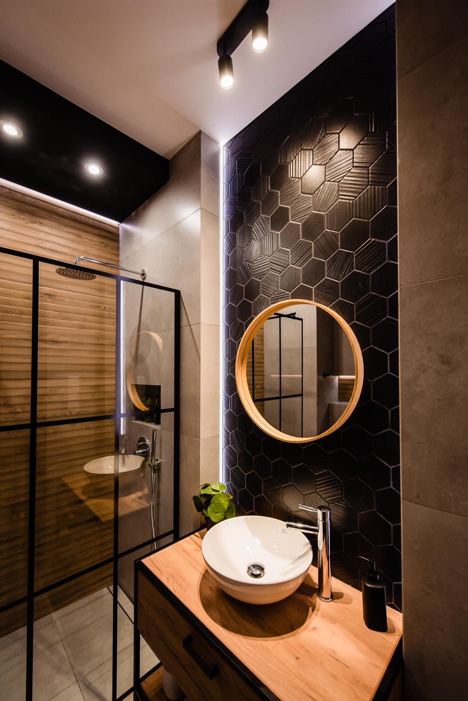 Mała łazienka-czarna-szara-drewniane-plytki-4