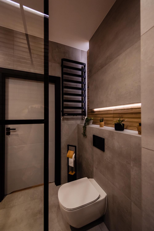 Mała łazienka-czarna-szara-drewniane-plytki-5