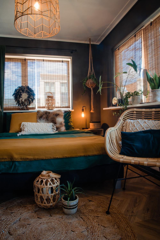 Mała sypialnia, styl boho oraz industrialny