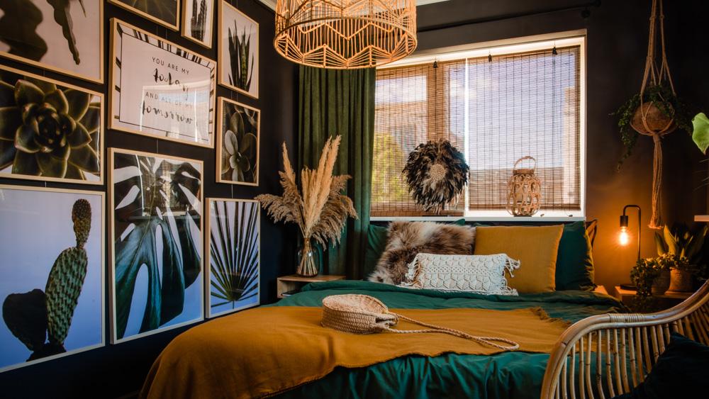 Mała sypialnia zielono-czarna, galeria zdjęć na ścianie