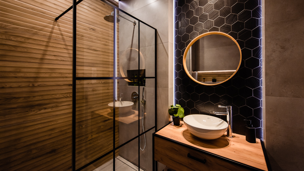 Mała, industrialna łazienka w loftowym klimacie