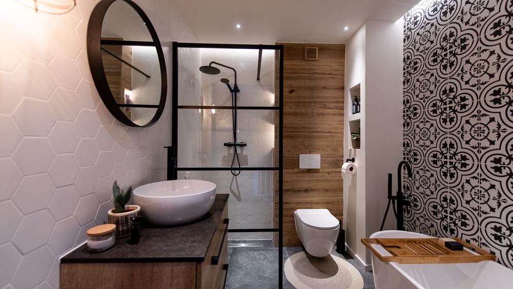 Mała łazienka – czarno biała z marokańskim akcentem